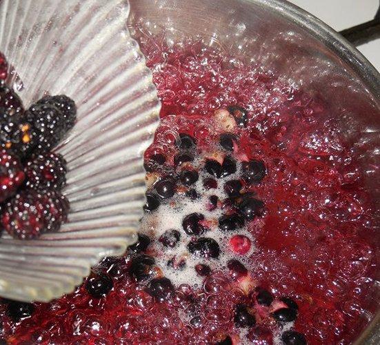 Приготовление ягодно-фруктового киселя