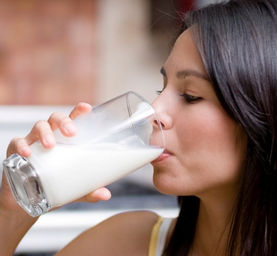 Пить молоко маленькими глотками
